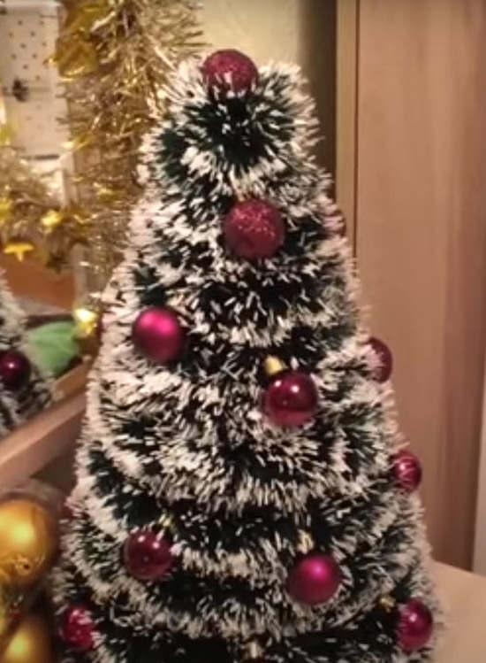 елочка из бумаги с украшением из шариков